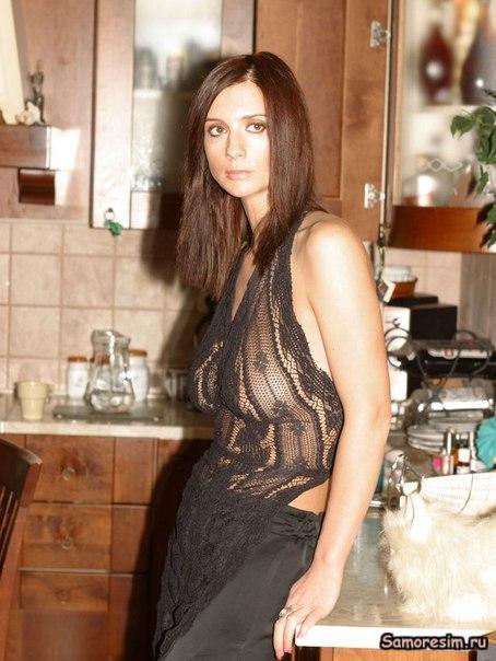 Откровенно прозрачное черное платье, которое скорее привлекает внимание к р